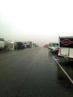 Inne i dimman. Fredagens tävlingar på Sundsvall Raceway regnar bort. Depån är folktom, och medlemmarna i de 200 teamen sitter i sina depåer och surar.