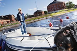 – Säkerheten måste bli bättre. I dag kan vem som helst köra rakt in på området, säger Karin Johansson som betalar 3 100 kronor för sin bryggplats i Stenborgskanalen.