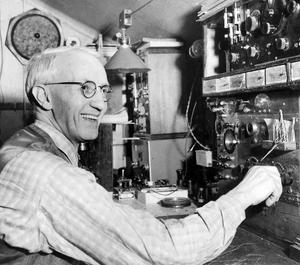 RADIOAKTIV. Elektrikern Sven Bernholm startade radiosändningar i Gävle 1925 och blev kvar vid kontrollbordet i nästan 30 år.
