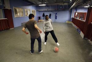 Stefan Ramirez och Mike Harris kickar boll.