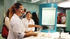 I vita rockar. Isabelle Holmer och Emelie Eriksson-Björklund var några av de ungdomar som visade upp laboratorieexperiment under invigningen av Expectrum.