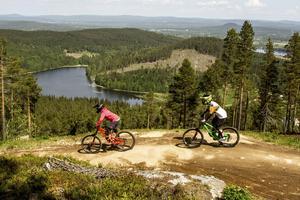 Hanna Jonsson och Maria Horwitz cyklar med en vidunderlig utsikt.