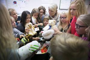 En hel väska med nallar och mjukdjur samlades in av tredjeklassarna i Grycksboskolan.