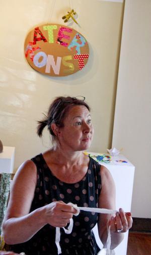Maria Bergstrand bor i Edsbyn och arbetar som förskolelärare och konstnär. Att skapa med händerna är en kontrast till