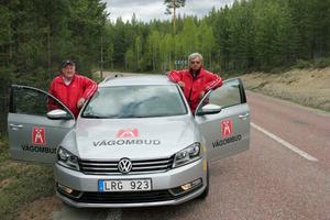 Vägombuden Rune Larsson, till vänster, och Roland Lundberg, till höger, från Motormännen i Sundsvall kom till Ramsjö för att besikta riksvägen mellan Viken och Kyrkbyn.