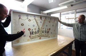 Inramningar är en ny verksamhet på Stentryckeriet. Kenneth Stenholm och Mats Westman visar inramningen av ett textilkonstverk av Anna Sjons Nilsson som precis ska levereras till ett äldreboende i Gagnef.