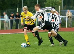 Strands Fredrik Näsman låg tätt på ABK:s Jesper Karlsson.
