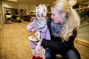 Emma med dotterna Ella tycker om att bara gå runt och titta i butiker. Att det är rea är bara en bonus.