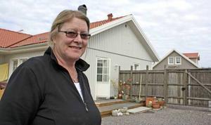 Maria Slåtterman vid sin bostad. Det är bara april och än så länge har hon inte några pelargoner utomhus.