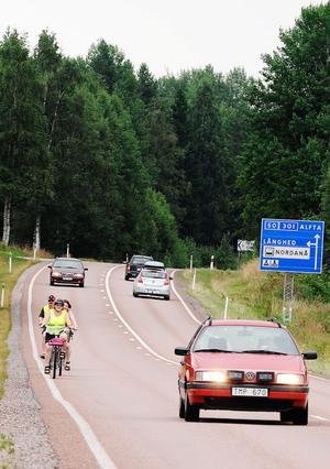 I dag saknas både cykelväg och vägren och cyklisterna tvingas dela riksvägen med övrig trafik.