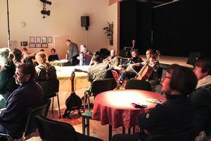 Här värmer teatergruppen upp inför föreställningen i Färilarevyns lokal.
