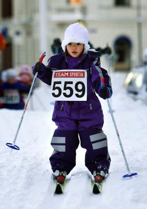 Litet löfte i Kallas spår. Treåriga Sofia Mårtensson från Bergeforsen har redan alla motoriska färdigheter som krävs för skidtävlingar.