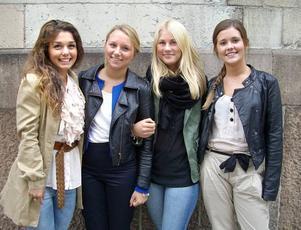 """På väg. Poppi Shamirany, Beatrice Fernqvist, Isabelle Bylund och Lina Bryskhe har stöd av varandra under au pairtiden i Paris och tänker träffas ofta, även om de samtidigt är pigga på nya bekantskaper. Alla hoppas få ordentligt flyt på franskan. """"Det är bra att träna med barnen, då gör det inte så mycket om det blir fel."""" Foto: Ulrika Rudberg"""