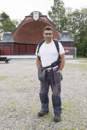 Arrangören Radjo Askander är för dagen också grovarbetare.
