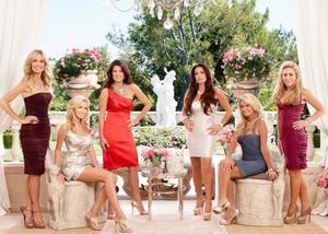 Äkta hemmafruar. Trenden med serier om lyxiga hemmafruars vardag fortsätter. I sommar kan vi följa dem i TV 3:s