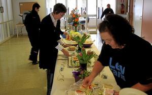Under fredagen invigdes Samhalls nya lokal i Fridhem. Anna Gärdin (till höger) var en av de som tyckte om smörgåstårtan.