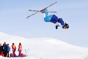 21-årige Ludvig Fjällström är ingen fegis i skidbacken. Nya tricks med volter och snurrar ska hela tiden utvecklas och finslipas, samtidigt som det ska gå fort över pucklarna.