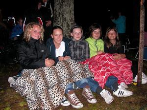 Släkt. Matilda, Carolina, Linnea, Sabina och Julia tyckte att det regniga vädret inte gjorde någonting Foto:Lovisa Svenn