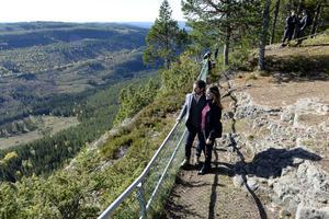 Prins Carl Philip och prinsessan Sofia upplever utsikten på Hykjeberg.