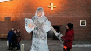 Isskulptur av Jesus, utanför Tomaskyrkan.