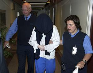 En av de morddömda ryssarna förs in till rättssalen under rättegången i Sundsvall 2002.