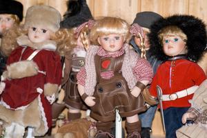 Det började med en docka när vi var till London och nu har min fru 'ett antal' i sin samling av dockor från olika länder och här står några av dem på parad