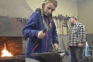 Yngsta deltagaren. Evelina Andersson, tolv år, smider för fullt.
