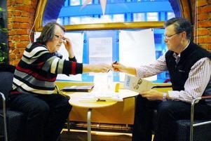 """I går signerade Peter Swedenmark och Kjell Nilsson-Mäki nya boken """"Synat"""" på City-Shopen i Östersund. """"Det här är ingen bok man sträckläser. Men jag tror att många kan tycka den är trevlig att ta fram och titta i lite då och då"""", säger Kjell. Foto: Mattias Moberg"""