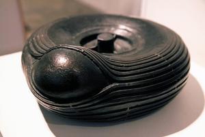 Ett bulnande däck, kanske från en skottkärra. I brons. men vad är det egentligen som håller på att spricka fram? Thomas Efverström undersöker.