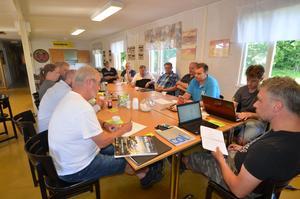 En stor del av organisationskommittén hos Kolsva MS går igenom det som återstår att fixa innan SM-deltävlingen i rally den 18-19 augusti