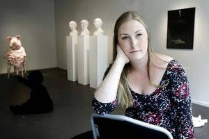 Therese Parner i sin utställning på Kulturkiosken.