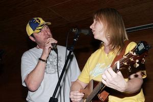 På hembygdsgården i Gnarp pressenterar det nygifta paret låtar de skrivit tillsammans och gamla låtar som Kriztina Rogers skrev innan hon träffade Chase Rogers.