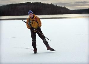 Lars Swartling har åkt långfärdsskridskor i över 50 år och har stor erfarenhet av vattenstråken kring Hudiksvall.