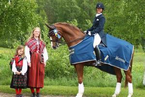 Tyra Tenstam och Alicia Blixt delade ut priset till Helene Wannerth med hästen Cantar.