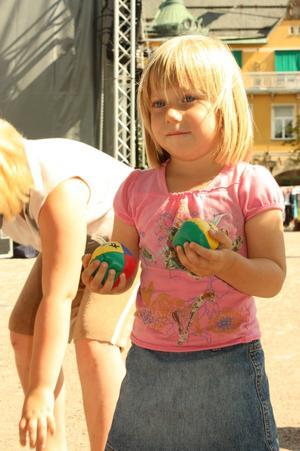 Klara Engman från Jugansbo ville lära sig att jonglera.