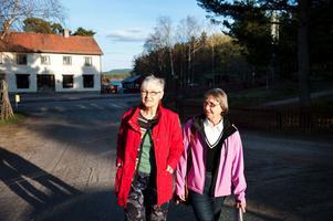 Marga Boustedt och Göta Larsson är två av de bybor som protesterar mot nedläggningen av busslinje 39.Foto: Stina Rapp/arkiv