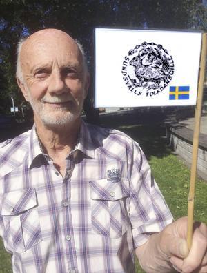 Sundsvalls Folkdansgilles vimpel ska Nils-Tore och hans hustru Lena placera på Mount Everest.