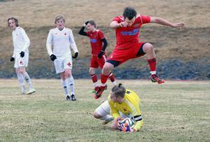 Hede fick en flygande start när de besegrade IFK Östersund i hemmapremiären. Micael Färnlund var en av de mest tongivande spelarna