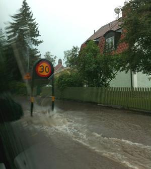 Så här såg det ut på gatorna i centrala Falun (Seminariegatan) när regnet öste ner.