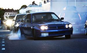 Det fanns både en och två bilar som ville visa sig på styva sidan och brände däck.