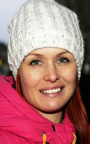 Petra Åsell,31 år, Östersund:– Ja. Det händer att jag skickar sms och pratar i telefon. Jag blir lite distraherad. Det skulle kunna vara lag mot att prata i mobil, för det är en trafikfara.