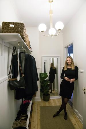 Lampan i hallen ser ut att ha hängt där sedan 1920-talet  men är ett nyköp från Möbelvaruhuset Mio.