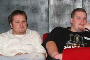 Så många ungdomar gick inte att hitta i salongen. Men Johan Rissanen, 26 år, och Johan Forslin, båda Harmånger, avsatte dagen.