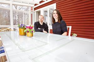 Jonas och Cissi sitter ofta på altanen och äter frukost.