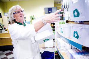 Ewy Andersson, ansvarig för egenvård på Apoteket Hjorten i Söderhamn visar nyttiga saker att ha med sig i egna apoteket på semesterresan.
