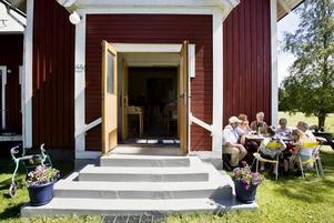 välkommen in! Trödje missionshus dörrar står vidöppna. Både gud och vädergudarna tycks vara på de kyrkliga arrangörernas sida.