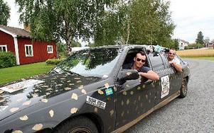 Markus Eriksson och Robin Brorsson är tillbaka i Äppelbo efter en annorlunda bilsemester. FOTO:LEIF OLSSON