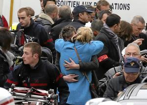 Efter attentatet. Människor samlas utanför tidningen Charlie Hebdos lokaler efter onsdagens attentat. Rättsstaten är grunden för all terroristbekämpning. Börjar vi backa på den punkten, så har vi börjat spela på samma planhalva som Baader-Meinhof-ligan och IS. Foto: Remy de la Mauviniere/TT-AP
