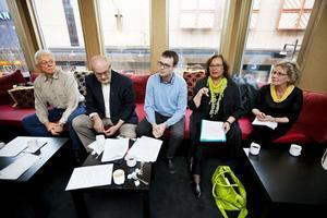 Oppositionen lyfter fram missnöjet hos läkarkåren i en ny rapport. Stig Zettlin, SVP, Ingemar Kalén, KD, Patrik Stenvard, M, Carina Östansjö, FP, och Agneta Wagner, M, kräver åtgärder.