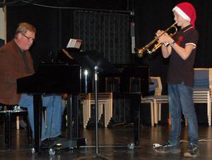 Josef Bengtsson spelade trumpet –sedan han hämtat noter åt sin ackompanjatör och rektor Jan Sjönneby.